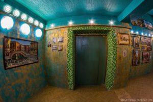 Выставочный зал в обычном подъезде жилого дома