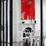 столовая с декорированым камином