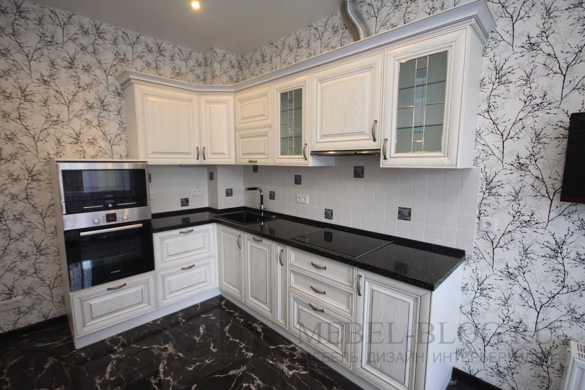 Дизайн угловой чёрно-белой кухни