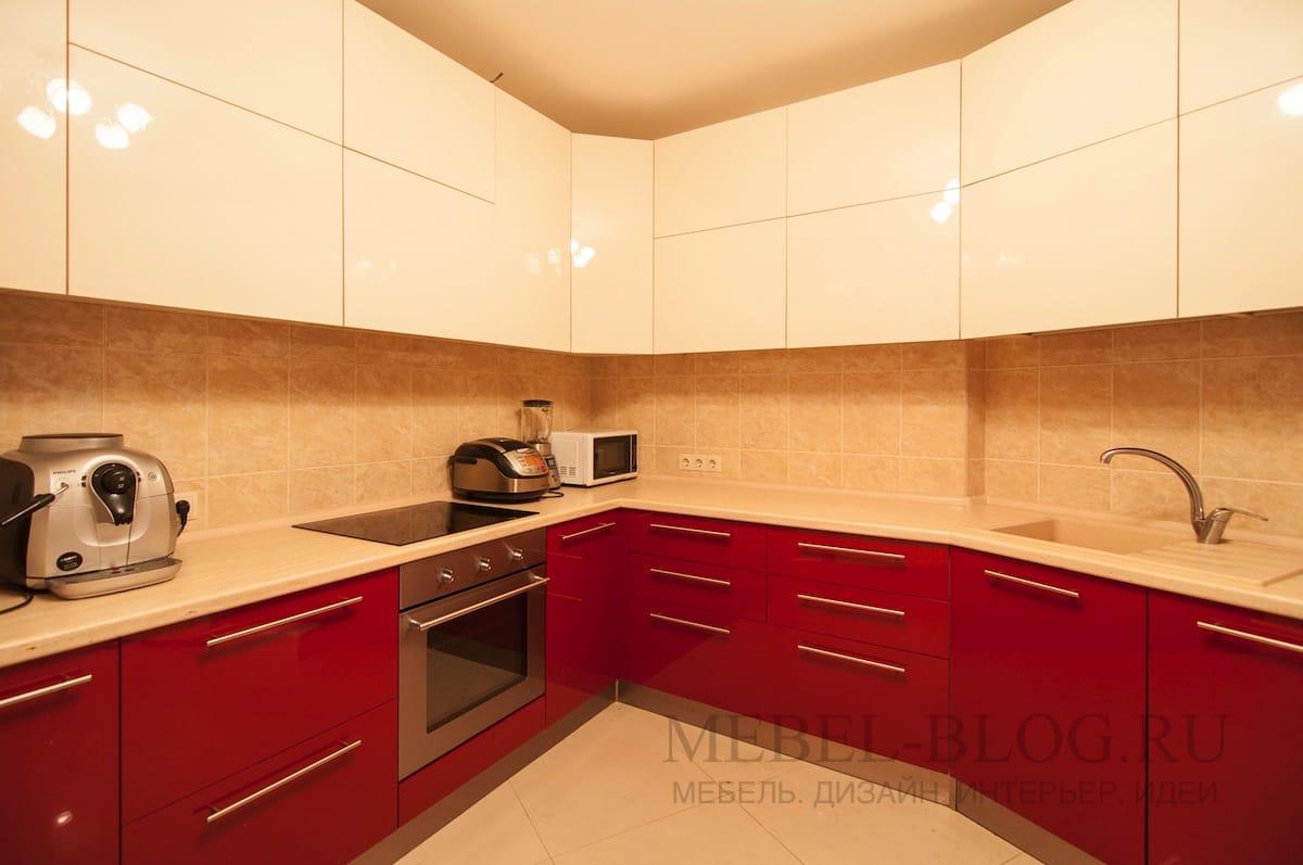 яркая кухня нестандартной формы
