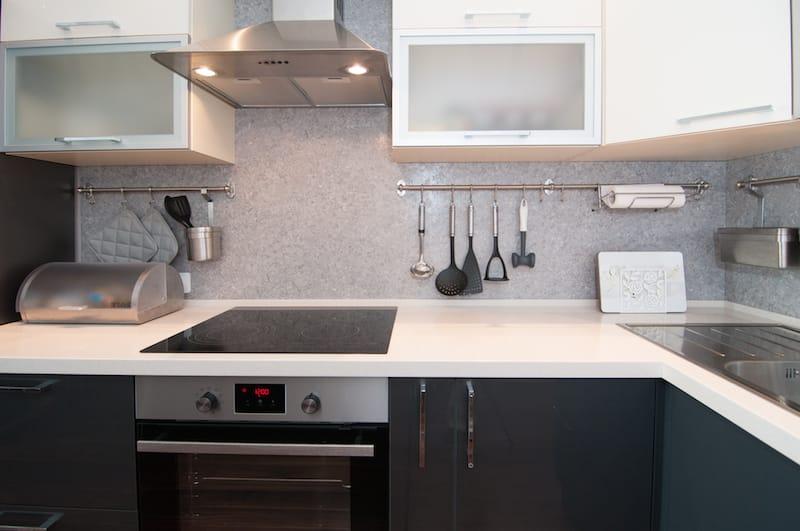 Стильная кухня в современной квартире