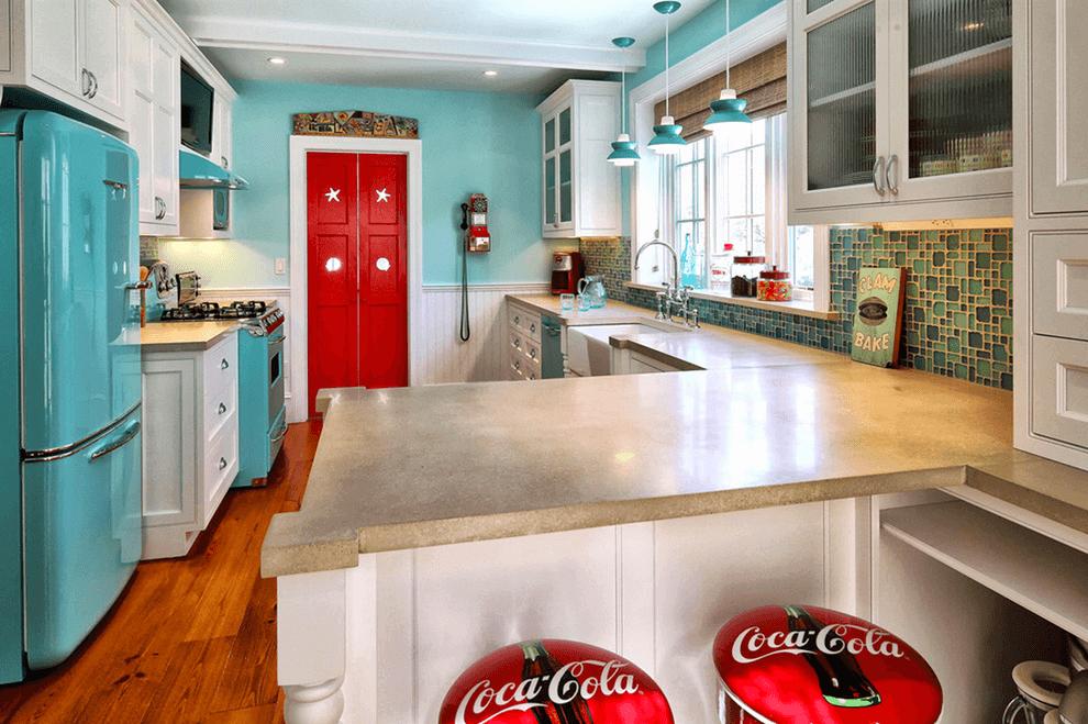 кухня с красной дверью