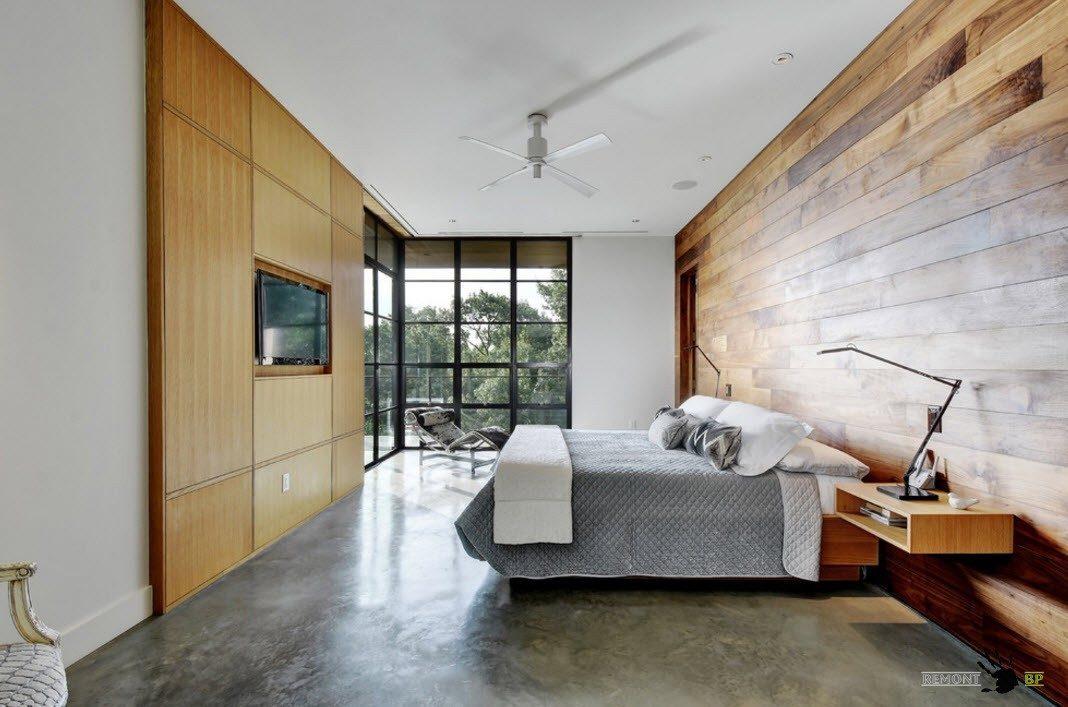 кровать с серым покрывалом