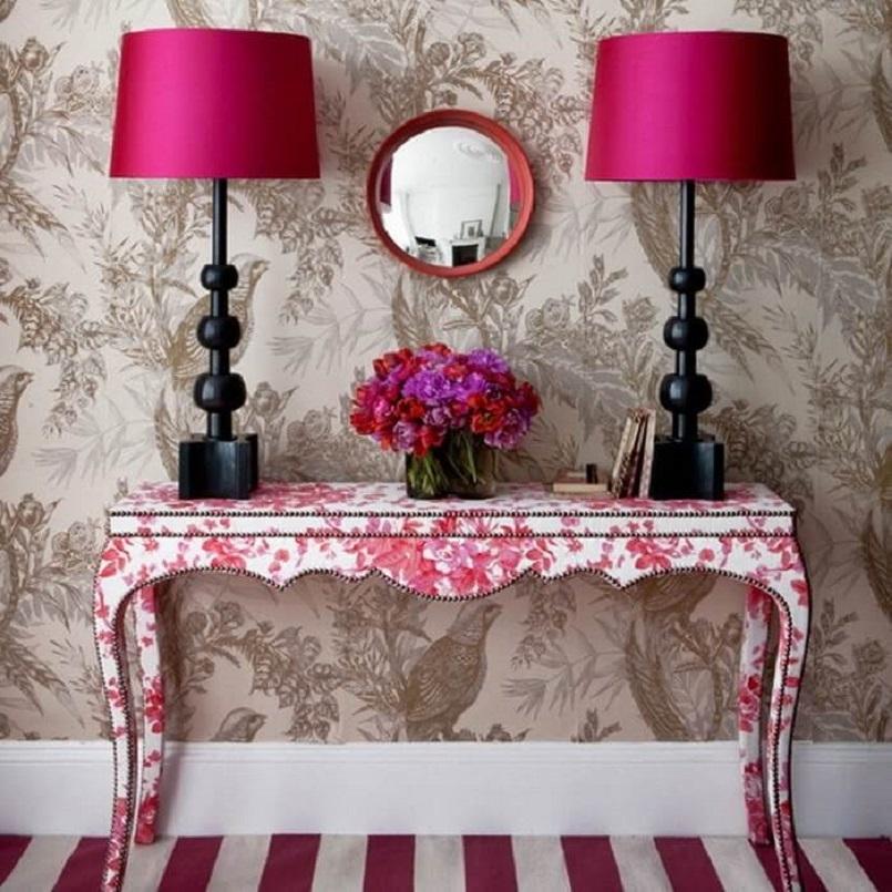 столик с двумя лампами