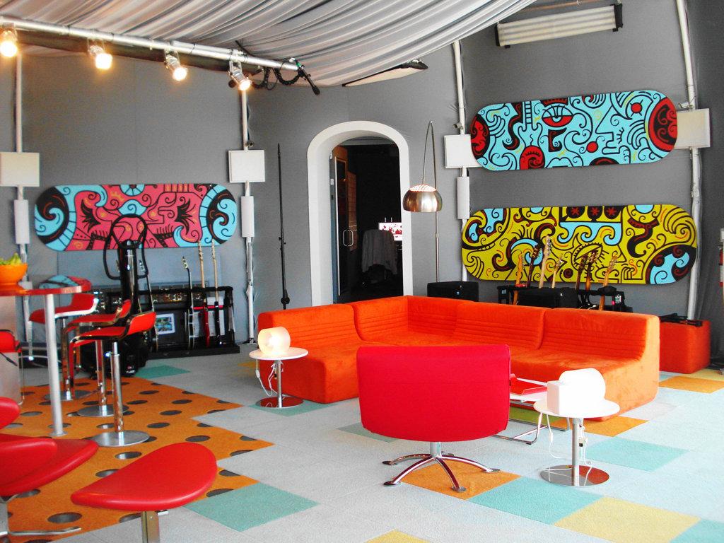гостиная с оранжевым диваном