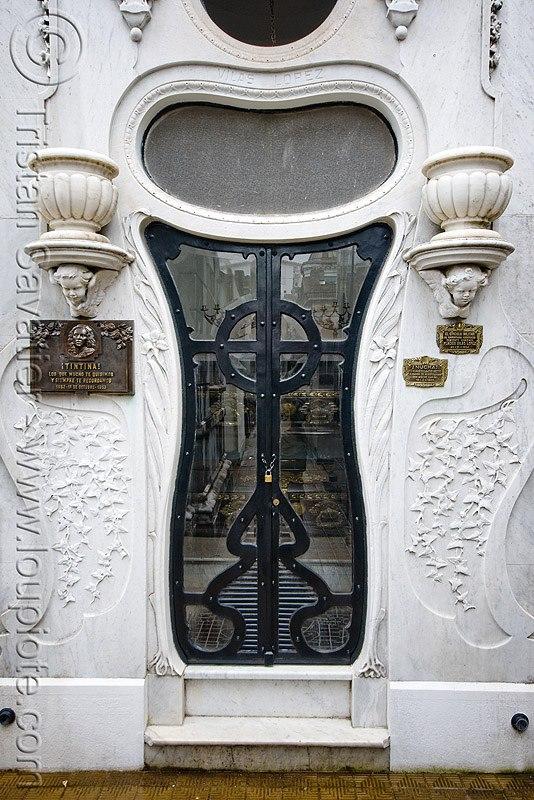 двери в окружении мрамора