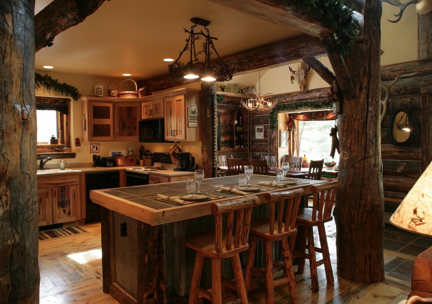 деревянный кухонный остров и три стула