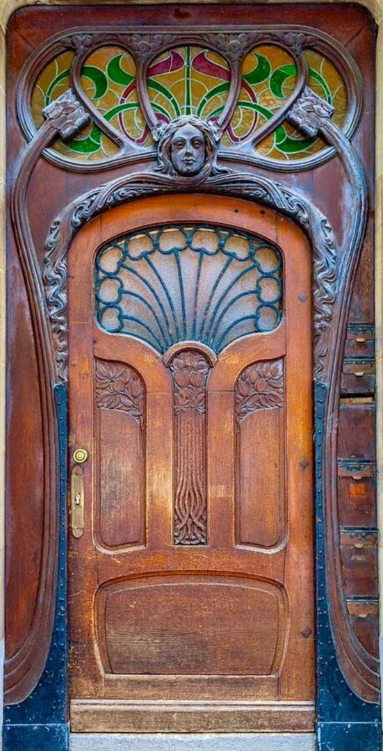 витраж над дверями