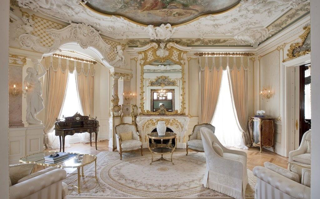 гостиная с белыми креслами