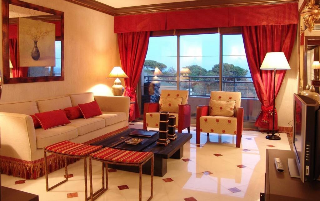 большое окно с красными шторами