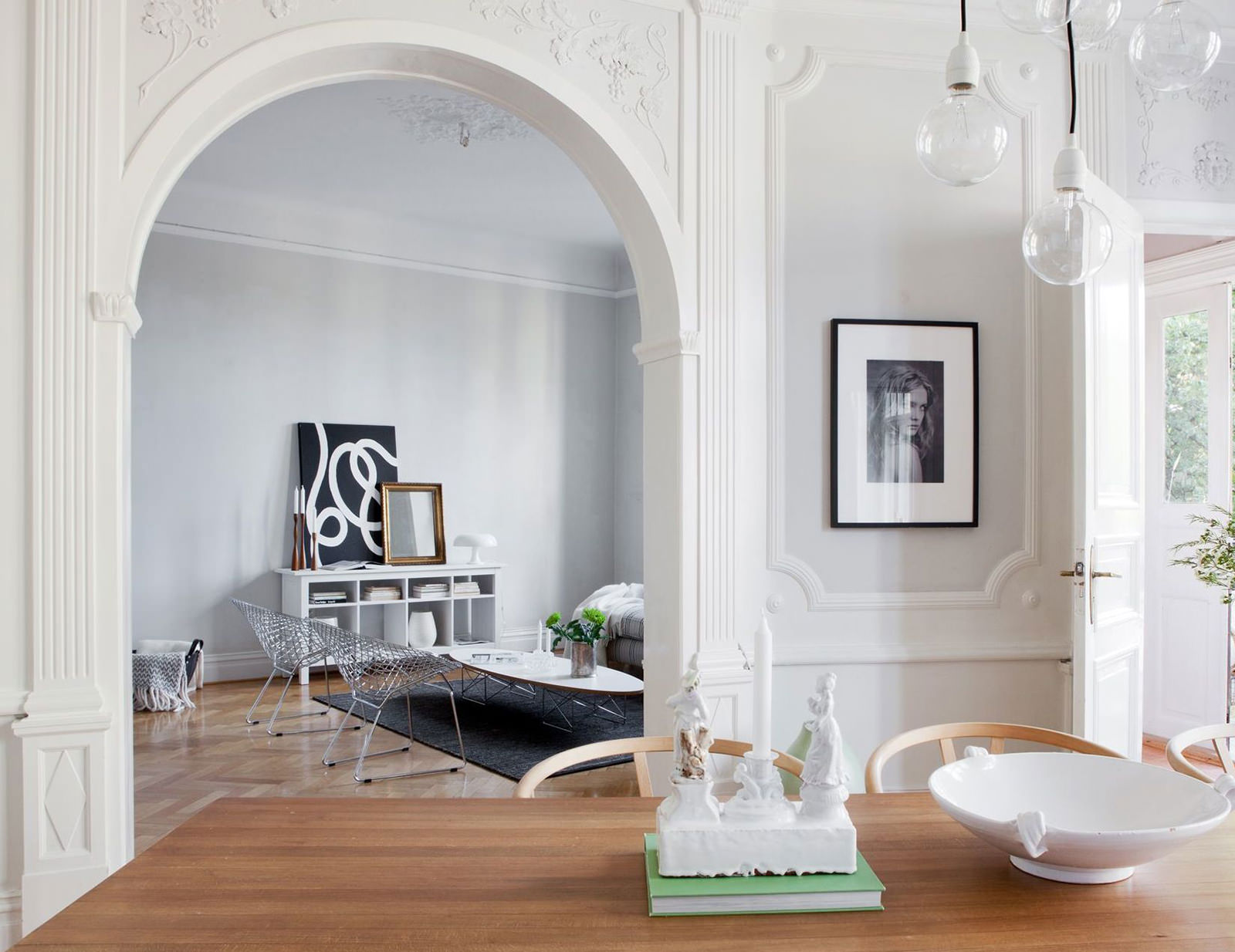 белая стена в гостиной