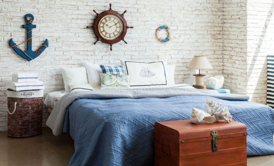 спальня и круглые часы