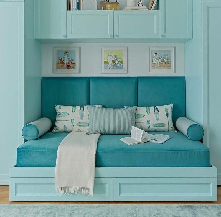 бирюзовый диван с подушками