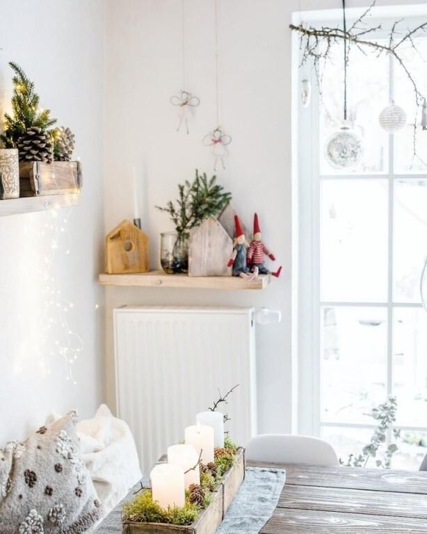 четыре свечки на деревянном столе