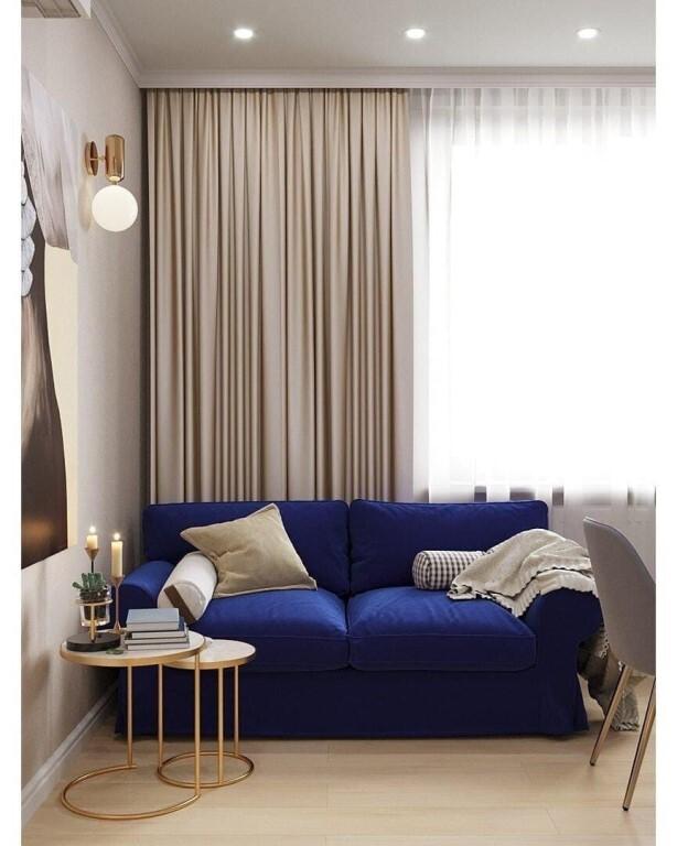 синий диван и серая подушка