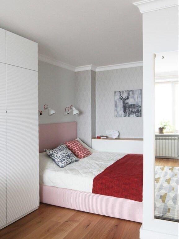 белая спальня с красным покрывалом