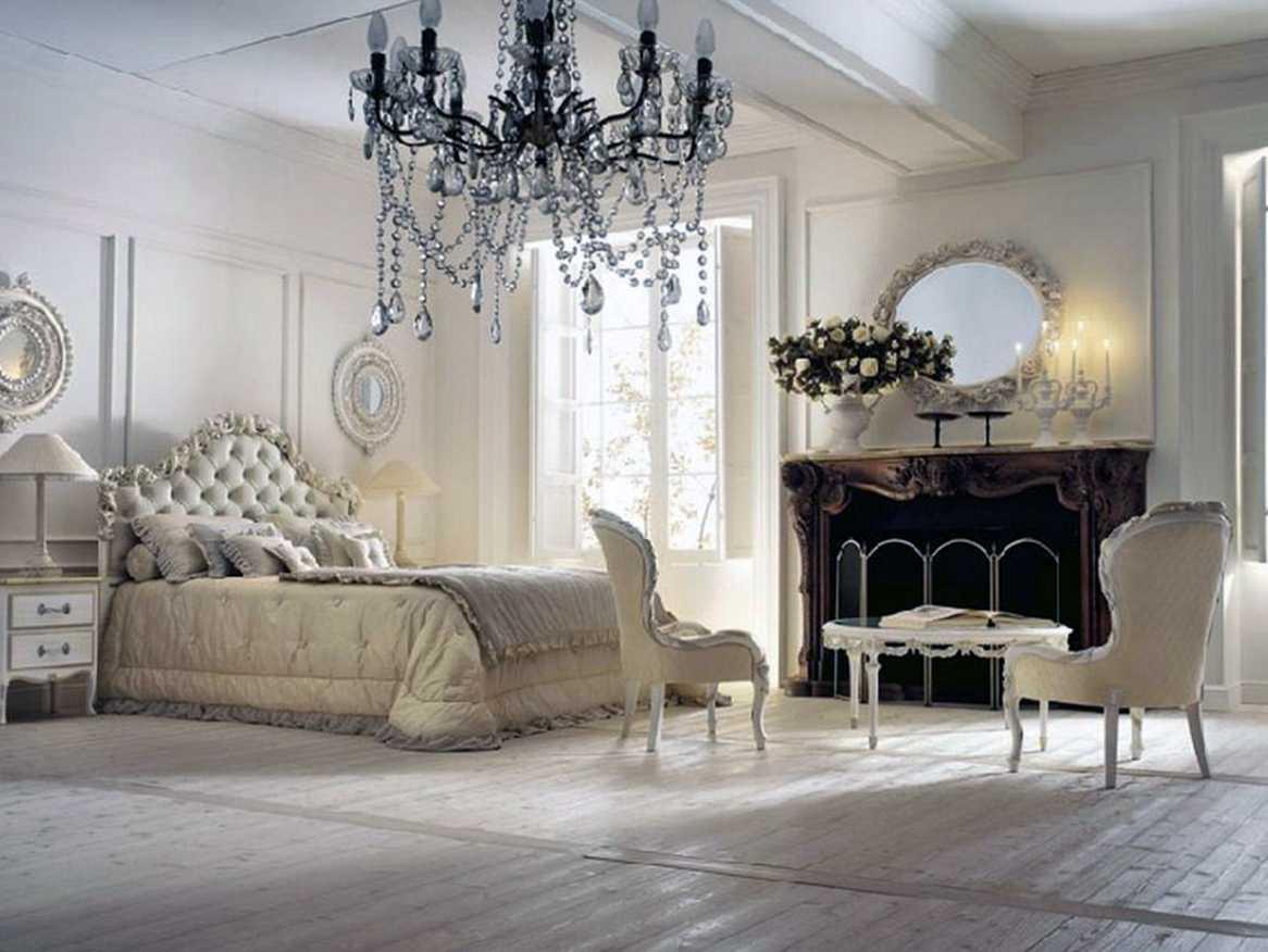 спальня с большой люстрой