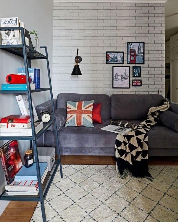 серый диван и картины на стене