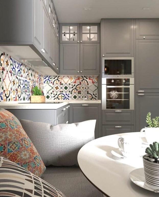 серая кухня и белый стол