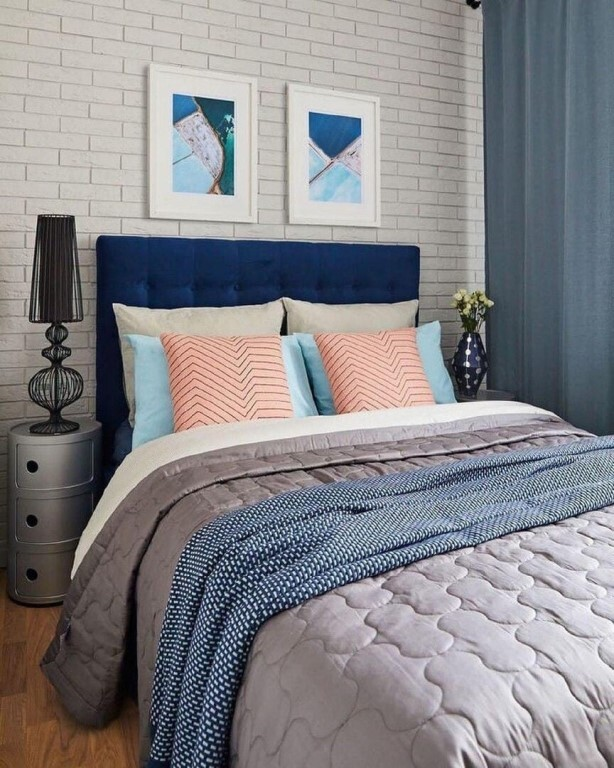спальня с розовыми подушками