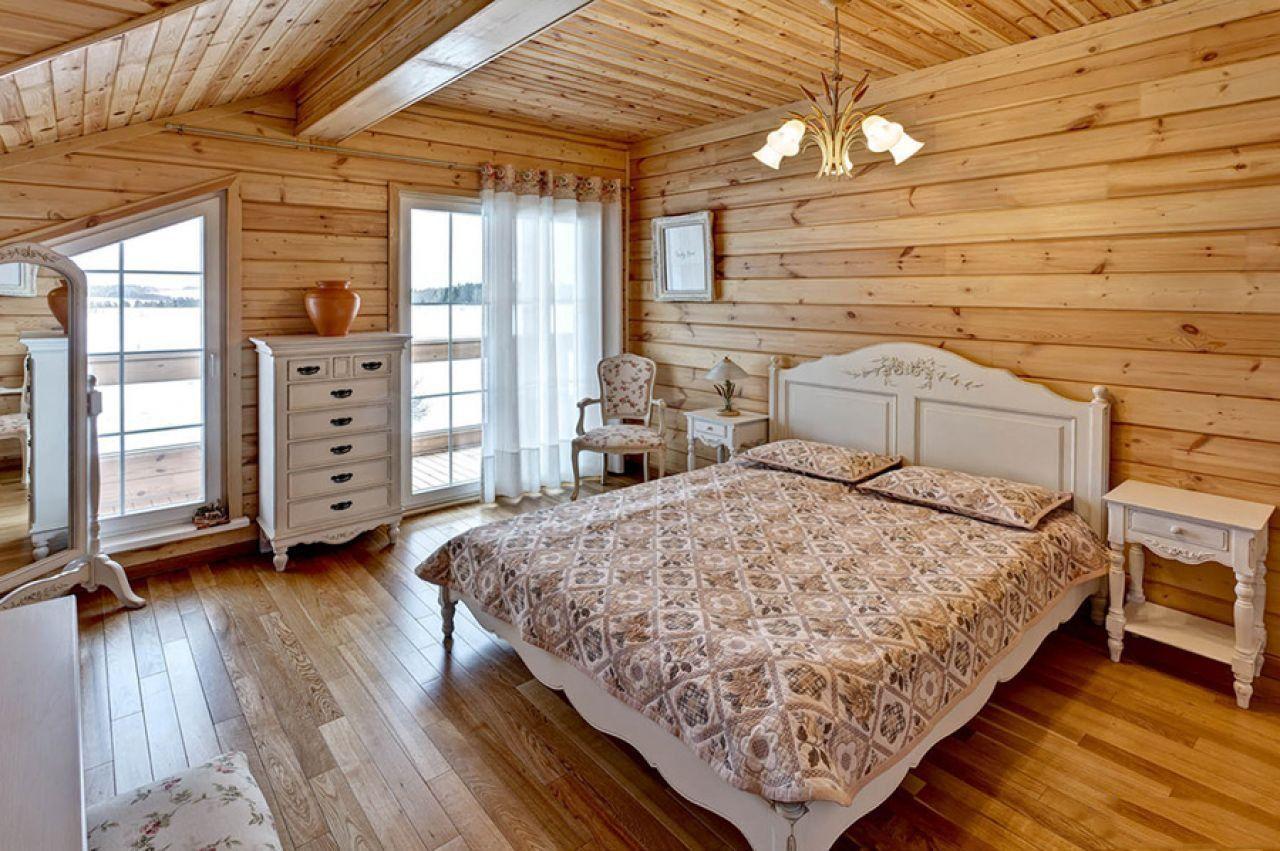 белыу камод на фоне деревянной стены