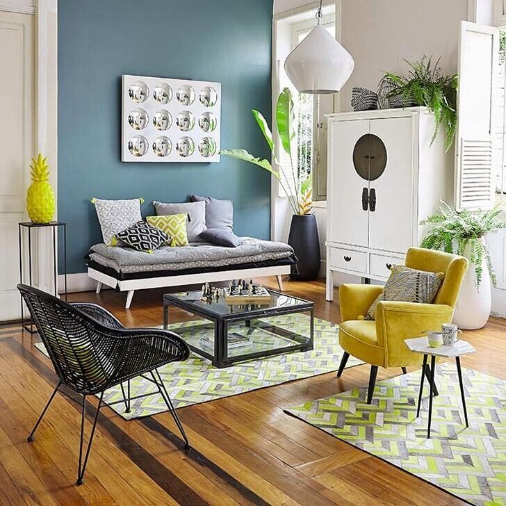 желтое кресло и ананас