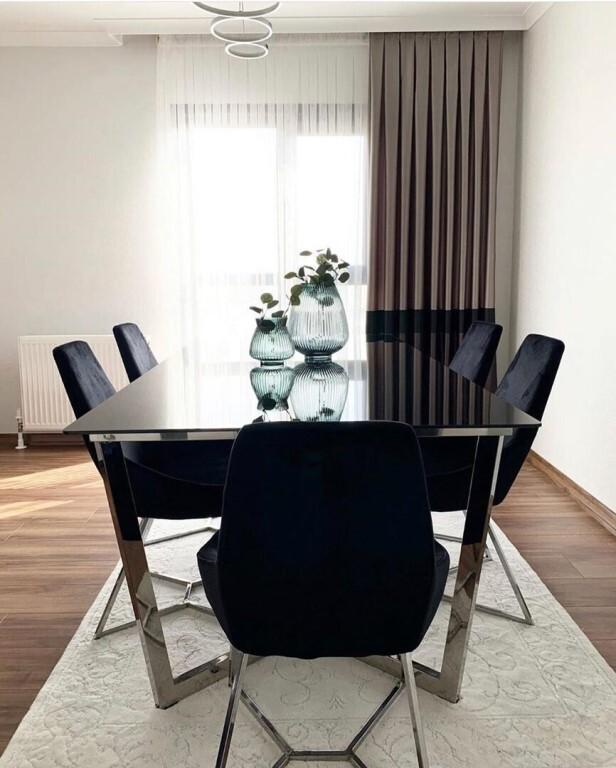 пять черных стульев