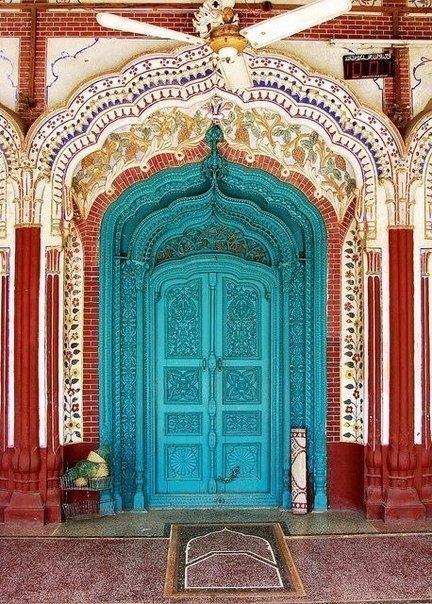 голубые двери с орнаментом