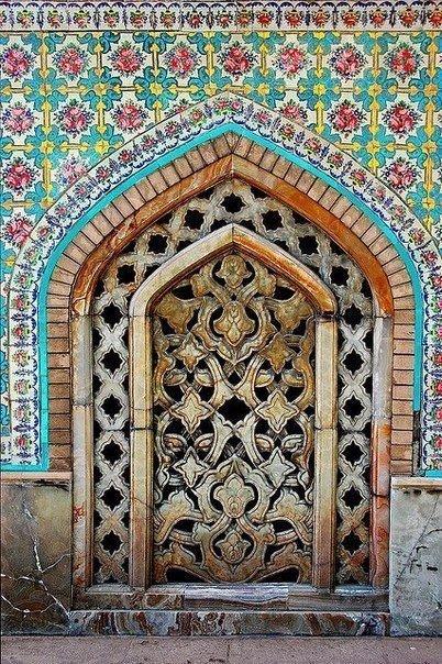 дверь в обрамлении цветочного орнамента
