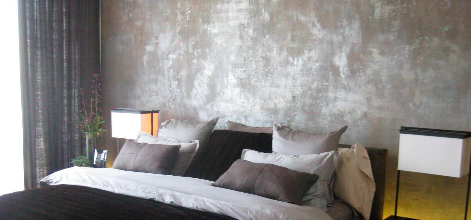 серые подушки