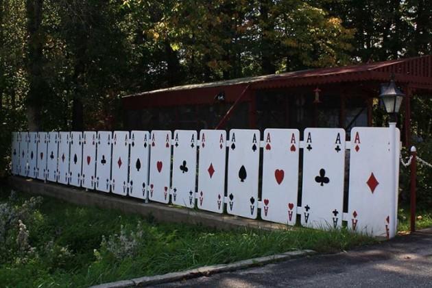 карточный забор