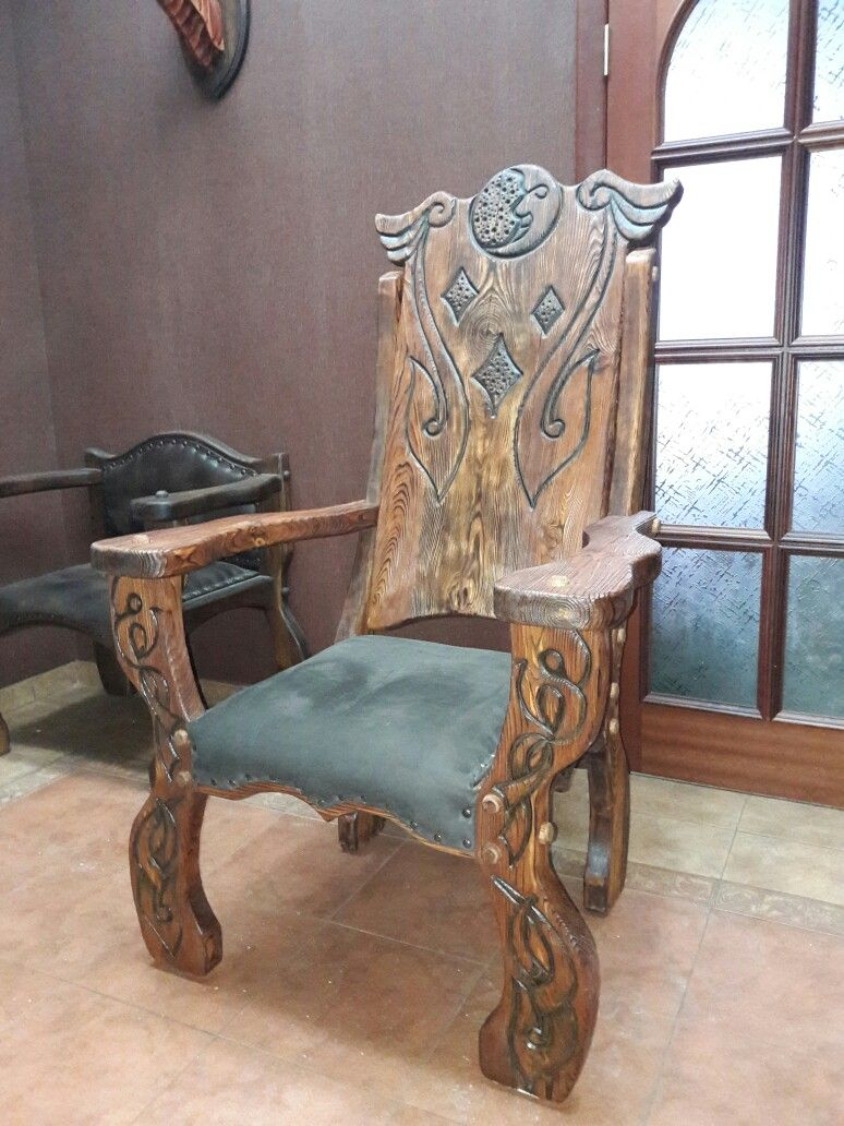деревянный стул с узорами