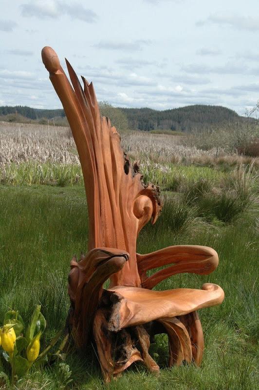 стул на фоне травы