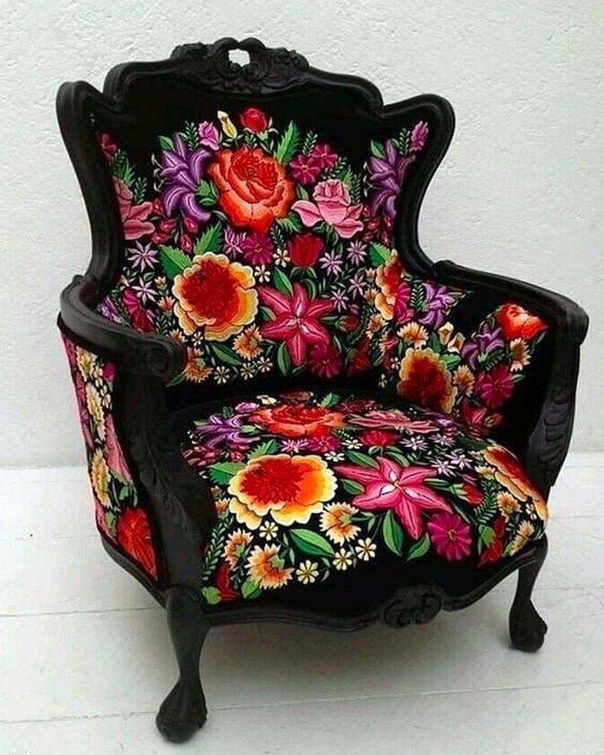 черное кресло с яркими цветами