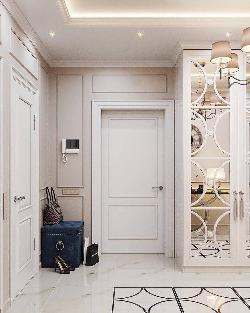 белая дверь и синий пуфик