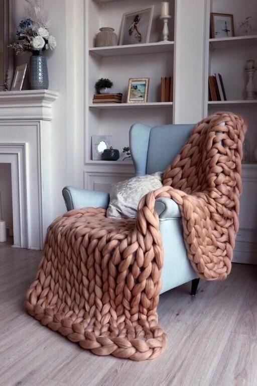 кресло с пледом