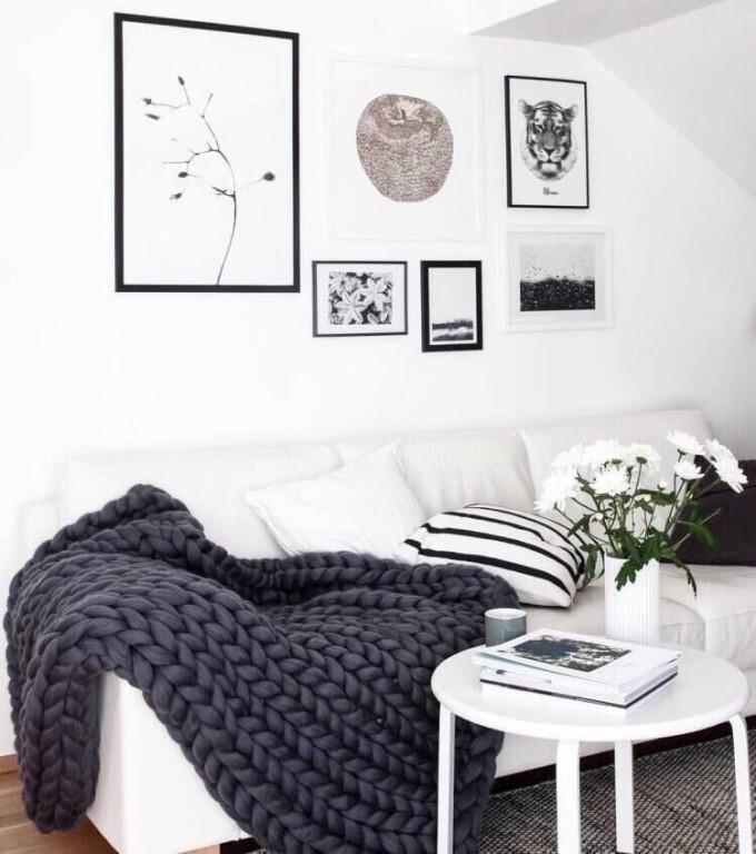 стена с картинами