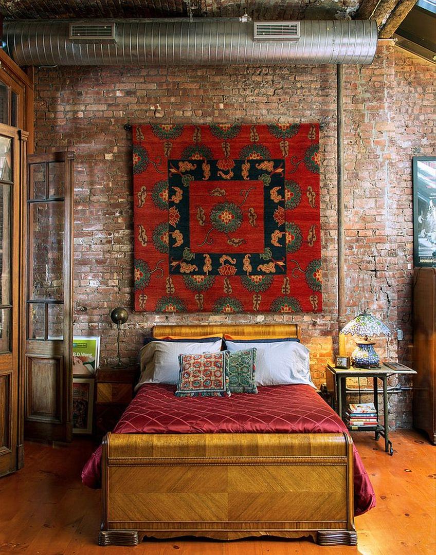 стена с ковром