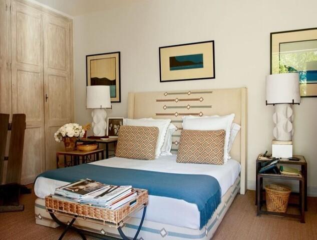 спальня с голубым пледом
