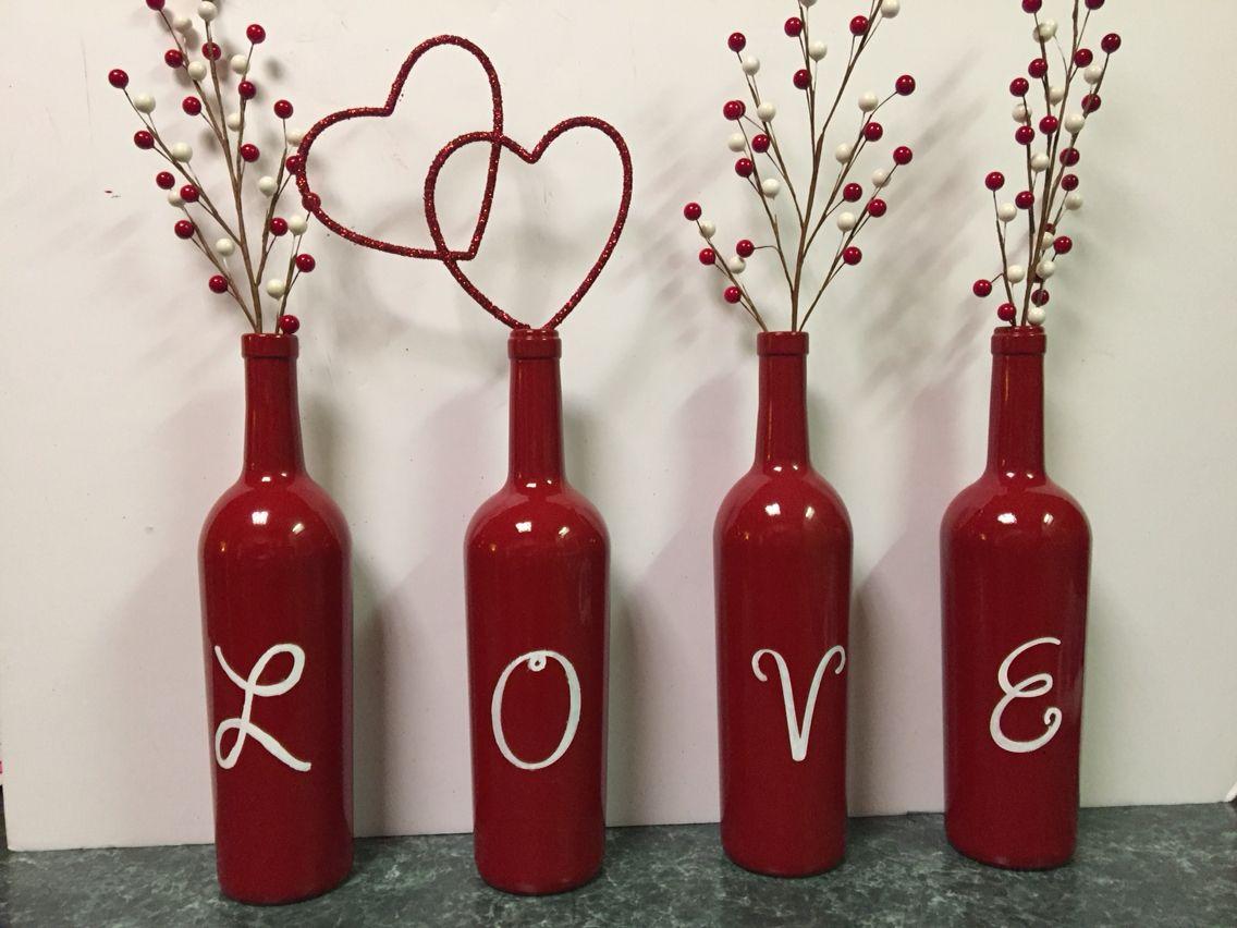 четыре красные бутылки
