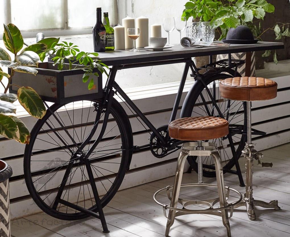 велосипед и два табурета