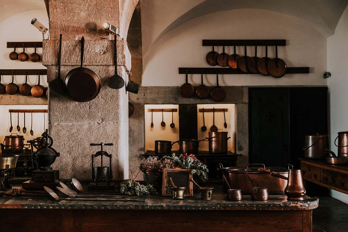стена с сковородками